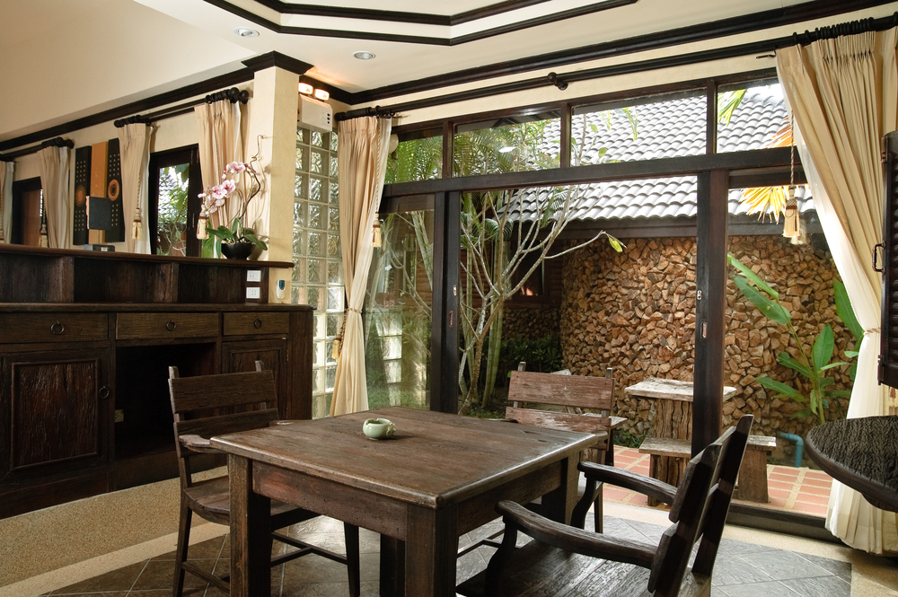 Baie vitrée en bois style thaï